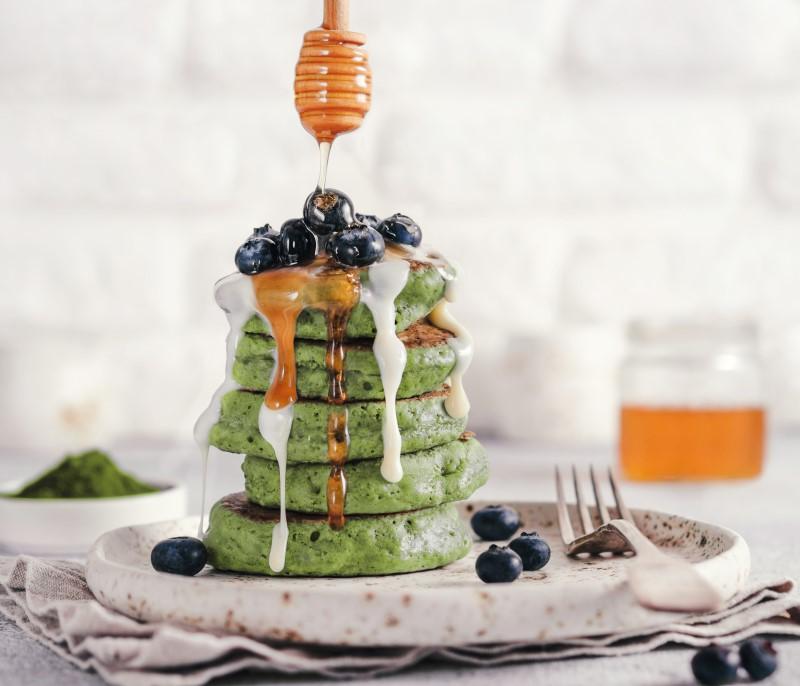 Matcha pancakes mit Honig Blaubeeren Joghurtdressing Frühstück healthy